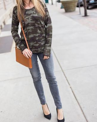 Wie kombinieren: olivgrüner Camouflage Pullover mit einem Rundhalsausschnitt, graue Jeans, schwarze Wildleder Pumps, beige Leder Umhängetasche