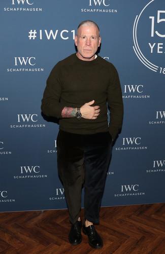 Wie kombinieren: olivgrüner Pullover mit einem Rundhalsausschnitt, weißes T-Shirt mit einem Rundhalsausschnitt, schwarze Kordjeans, schwarze Leder Oxford Schuhe
