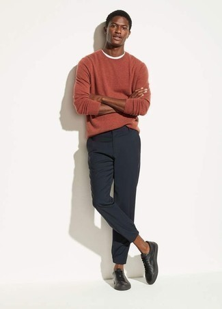 Schwarze Leder niedrige Sneakers kombinieren – 294 Herren Outfits: Paaren Sie einen orange Pullover mit einem Rundhalsausschnitt mit einer dunkelblauen Chinohose für ein großartiges Wochenend-Outfit. Wenn Sie nicht durch und durch formal auftreten möchten, vervollständigen Sie Ihr Outfit mit schwarzen Leder niedrigen Sneakers.