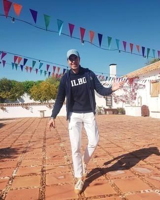 Weiße Cargohose kombinieren – 44 Herren Outfits: Kombinieren Sie einen dunkelblauen und weißen bedruckten Pullover mit einem Rundhalsausschnitt mit einer weißen Cargohose, um mühelos alles zu meistern, was auch immer der Tag bringen mag. Weiße Segeltuch niedrige Sneakers fügen sich nahtlos in einer Vielzahl von Outfits ein.