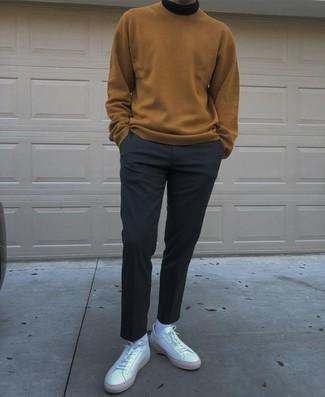 Weiße Leder niedrige Sneakers kombinieren – 1200+ Herren Outfits: Kombinieren Sie einen beige Pullover mit einem Rundhalsausschnitt mit einer dunkelblauen Chinohose, um einen lockeren, aber dennoch stylischen Look zu erhalten. Fühlen Sie sich ideenreich? Vervollständigen Sie Ihr Outfit mit weißen Leder niedrigen Sneakers.