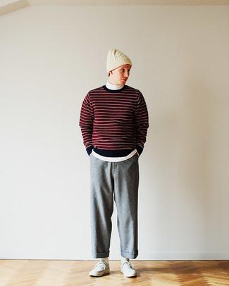 Graue Segeltuch niedrige Sneakers kombinieren – 123 Herren Outfits: Kombinieren Sie einen roten und schwarzen horizontal gestreiften Pullover mit einem Rundhalsausschnitt mit einer grauen Wollchinohose für ein Alltagsoutfit, das Charakter und Persönlichkeit ausstrahlt. Graue Segeltuch niedrige Sneakers sind eine gute Wahl, um dieses Outfit zu vervollständigen.