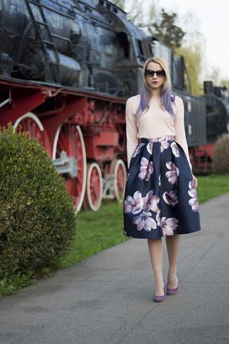 Wie kombinieren: rosa Pullover mit einem Rundhalsausschnitt, dunkelblauer ausgestellter Rock mit Blumenmuster, lila Wildleder Pumps, schwarze Sonnenbrille