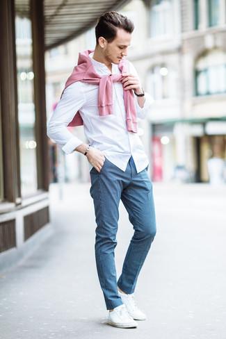 Wie kombinieren: rosa Pullover mit einem Rundhalsausschnitt, weißes Businesshemd, blaue Anzughose mit Karomuster, weiße niedrige Sneakers