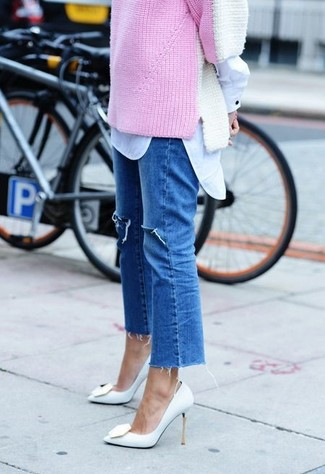 Wie kombinieren: rosa Pullover mit einem Rundhalsausschnitt, weißes Businesshemd, blaue Jeans mit Destroyed-Effekten, weiße Leder Pumps