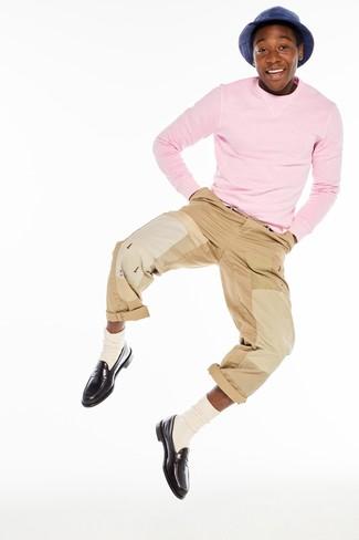 Wie kombinieren: rosa Pullover mit einem Rundhalsausschnitt, beige Chinohose, dunkelbraune Leder Slipper, hellbeige Socke