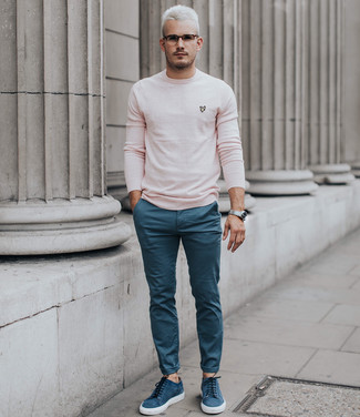 Wie kombinieren: rosa Pullover mit einem Rundhalsausschnitt, blaue Chinohose, blaue Wildleder niedrige Sneakers, silberne Uhr