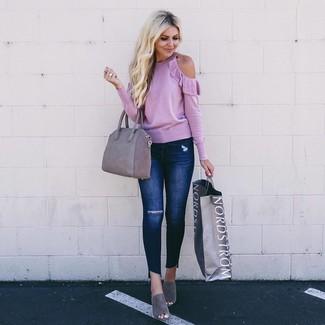 Wie kombinieren: rosa Pullover mit einem Rundhalsausschnitt, dunkelblaue enge Jeans mit Destroyed-Effekten, graue Wildleder Pantoletten, graue Shopper Tasche aus Wildleder