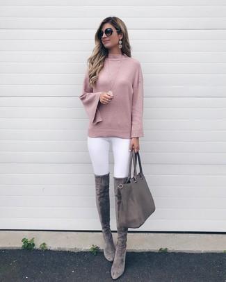 Rosa Pullover mit einem Rundhalsausschnitt kombinieren: trends 2020: Mit dieser Kombination aus einem rosa Pullover mit einem Rundhalsausschnitt und weißen engen Jeans werden Sie die ideale Balance zwischen legerem Alltags-Look und zeitgenössische Aussehen erreichen. Fühlen Sie sich ideenreich? Entscheiden Sie sich für grauen Overknee Stiefel aus Wildleder.