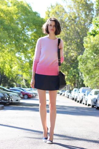 Wie kombinieren: rosa Pullover mit einem Rundhalsausschnitt, dunkelblauer Leder Minirock, weiße Leder Pumps, schwarze Leder Umhängetasche