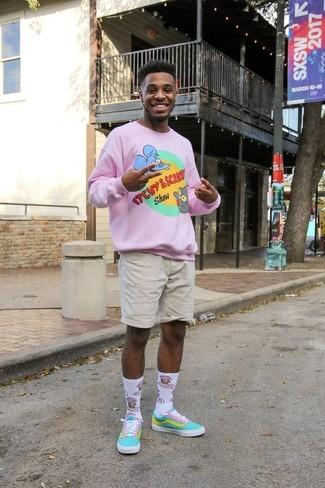 Wie kombinieren: rosa bedruckter Pullover mit einem Rundhalsausschnitt, hellbeige Shorts, türkise Segeltuch niedrige Sneakers, weiße bedruckte Socke