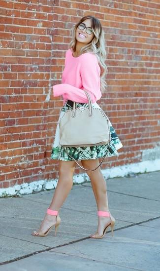 Wie kombinieren: rosa Pullover mit einem Rundhalsausschnitt, grüner Skaterrock mit Blumenmuster, rosa Leder Sandaletten, graue Shopper Tasche aus Leder