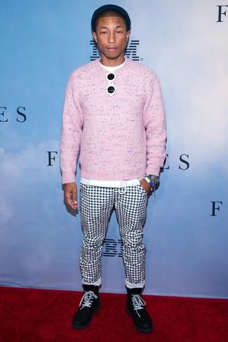 Wie kombinieren: rosa Pullover mit einem Rundhalsausschnitt, weißes T-Shirt mit einem Rundhalsausschnitt, weiße und schwarze Chinohose mit Karomuster, schwarze Wildlederfreizeitstiefel