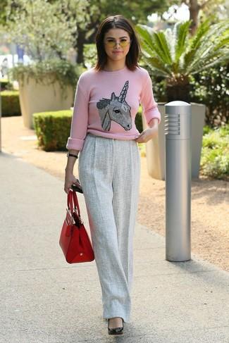 Wie kombinieren: rosa bedruckter Pullover mit einem Rundhalsausschnitt, graue Wollweite hose, schwarze Leder Pumps, rote Shopper Tasche aus Leder