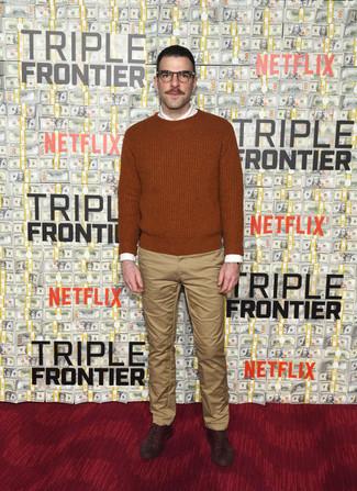 Wie kombinieren: rotbrauner Pullover mit einem Rundhalsausschnitt, weißes Businesshemd, beige Chinohose, dunkelbraune Leder Oxford Schuhe