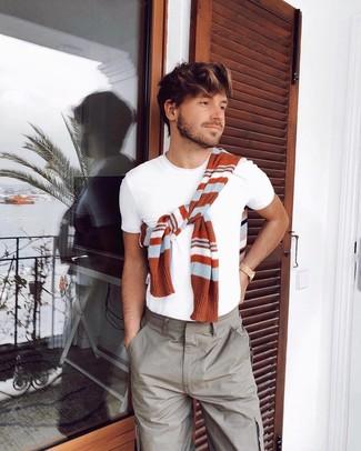 Wie kombinieren: rotbrauner horizontal gestreifter Pullover mit einem Rundhalsausschnitt, weißes T-Shirt mit einem Rundhalsausschnitt, graue Cargohose, goldene Uhr