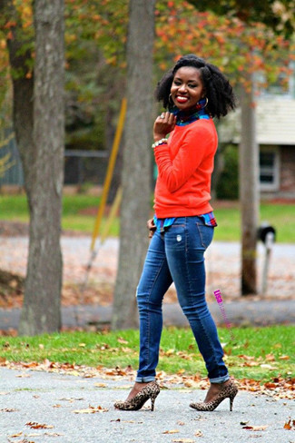 Wie kombinieren: roter Pullover mit einem Rundhalsausschnitt, blaues Businesshemd mit Schottenmuster, blaue Jeans, beige Wildleder Pumps mit Leopardenmuster