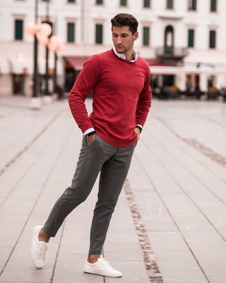 Wie kombinieren: roter Pullover mit einem Rundhalsausschnitt, weißes Langarmhemd, graue Chinohose, weiße Leder niedrige Sneakers
