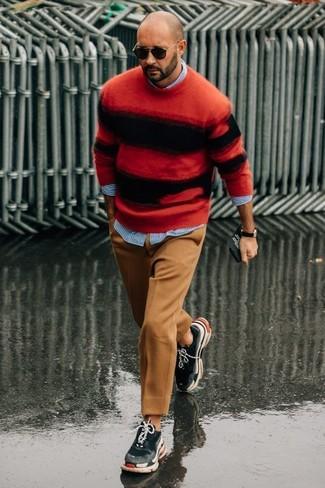 Wie kombinieren: roter und schwarzer horizontal gestreifter Pullover mit einem Rundhalsausschnitt, hellblaues vertikal gestreiftes Langarmhemd, beige Wollanzughose, dunkelgraue Sportschuhe