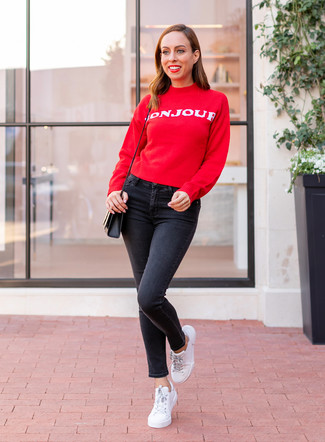 Wie kombinieren: roter und weißer bedruckter Pullover mit einem Rundhalsausschnitt, schwarze enge Jeans, weiße Leder niedrige Sneakers, schwarze Leder Umhängetasche