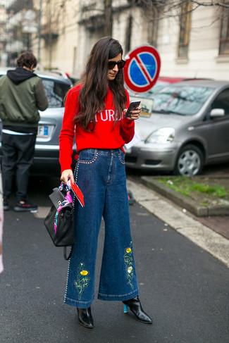 Wie kombinieren: roter bedruckter Pullover mit einem Rundhalsausschnitt, blaue weite Hose aus Jeans, schwarze Leder Stiefeletten, schwarze Satchel-Tasche aus Leder