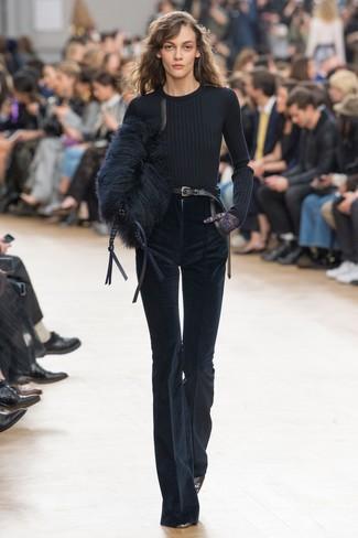 Wie kombinieren: schwarzer Pullover mit einem Rundhalsausschnitt, dunkelblaue Schlaghose aus Kord, schwarze Leder Pumps, schwarze Pelz Clutch