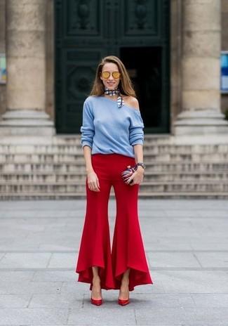 Wie kombinieren: hellblauer Pullover mit einem Rundhalsausschnitt, rote Schlaghose, rote Leder Pumps, weiße und rote und dunkelblaue Clutch