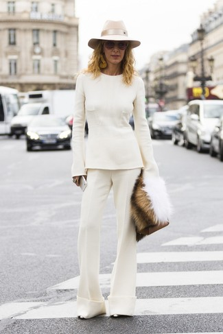 Wie kombinieren: weißer Pullover mit einem Rundhalsausschnitt, weiße Schlaghose, silberne Leder Pumps, braune Leder Clutch