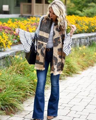 Wie kombinieren: weißer und schwarzer horizontal gestreifter Pullover mit einem Rundhalsausschnitt, blaue Schlagjeans, beige Wildleder Pumps mit Leopardenmuster, schwarze Shopper Tasche aus Leder