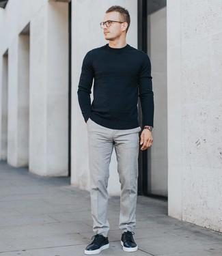 Wie kombinieren: schwarzer Pullover mit einem Rundhalsausschnitt, graue Anzughose, schwarze Leder niedrige Sneakers, dunkelbraune Lederuhr