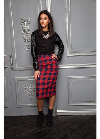 Wie kombinieren: schwarzer Leder Pullover mit einem Rundhalsausschnitt, roter und dunkelblauer Bleistiftrock mit Schottenmuster, schwarze Wildleder Stiefeletten, silberne Halskette