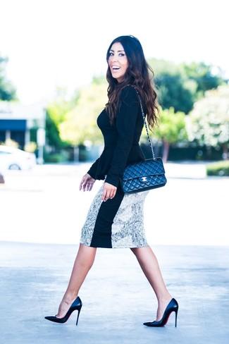 Wie kombinieren: schwarzer Pullover mit einem Rundhalsausschnitt, weißer und schwarzer bedruckter Bleistiftrock, schwarze Leder Pumps, schwarze gesteppte Leder Umhängetasche