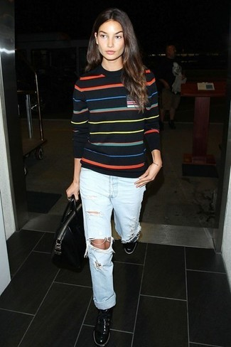 Pullover mit einem rundhalsausschnitt schwarzer boyfriend jeans hellblaue niedrige sneakers schwarze large 5115