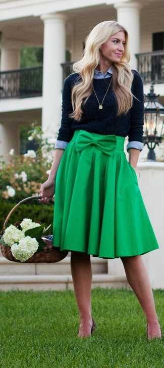 Wie kombinieren: schwarzer Pullover mit einem Rundhalsausschnitt, graues Businesshemd, grüner Falten Midirock, goldener Anhänger