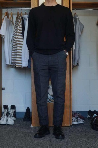 Herren Outfits & Modetrends 2020: Entscheiden Sie sich für einen schwarzen Pullover mit einem Rundhalsausschnitt und eine dunkelgraue Wollchinohose für ein großartiges Wochenend-Outfit. Fühlen Sie sich ideenreich? Wählen Sie schwarzen Leder Derby Schuhe.