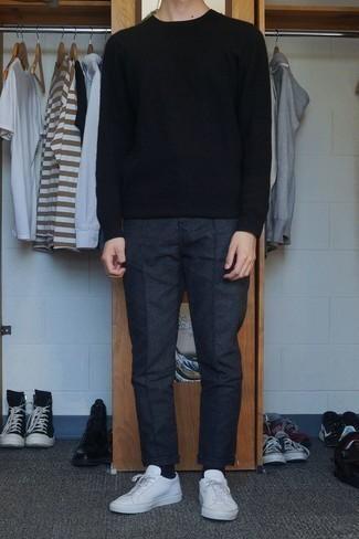Leder niedrige Sneakers kombinieren: trends 2020: Kombinieren Sie einen schwarzen Pullover mit einem Rundhalsausschnitt mit einer dunkelgrauen Wollchinohose für ein Alltagsoutfit, das Charakter und Persönlichkeit ausstrahlt. Machen Sie diese Aufmachung leger mit Leder niedrigen Sneakers.
