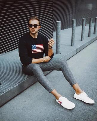 Wie kombinieren: schwarzer bedruckter Pullover mit einem Rundhalsausschnitt, graue Chinohose mit Schottenmuster, weiße niedrige Sneakers, schwarze Sonnenbrille