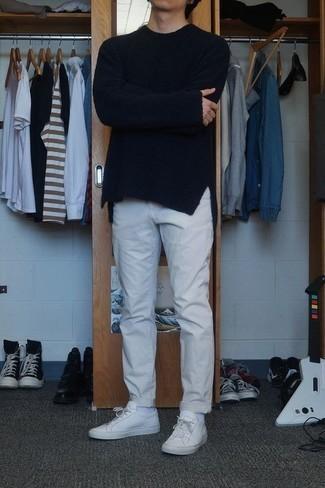 Weiße Leder niedrige Sneakers kombinieren: trends 2020: Kombinieren Sie einen schwarzen Pullover mit einem Rundhalsausschnitt mit einer grauen Chinohose für ein großartiges Wochenend-Outfit. Suchen Sie nach leichtem Schuhwerk? Komplettieren Sie Ihr Outfit mit weißen Leder niedrigen Sneakers für den Tag.