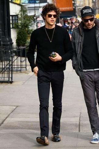 Schwarzen Pullover mit einem Rundhalsausschnitt kombinieren: trends 2020: Kombinieren Sie einen schwarzen Pullover mit einem Rundhalsausschnitt mit einer schwarzen Chinohose für einen bequemen Alltags-Look. Fühlen Sie sich ideenreich? Ergänzen Sie Ihr Outfit mit schwarzen Leder Slippern.
