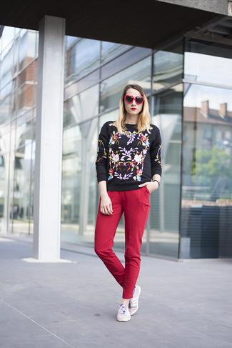 Wie kombinieren: schwarzer bestickter Pullover mit einem Rundhalsausschnitt, rote enge Hose, hellviolette niedrige Sneakers, rote und schwarze Sonnenbrille