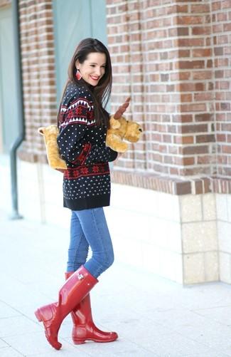 Wie kombinieren: schwarzer Pullover mit einem Rundhalsausschnitt mit Fair Isle-Muster, blaue enge Jeans, rote Gummistiefel, rote Ohrringe