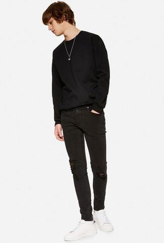 Wie kombinieren: schwarzer Pullover mit einem Rundhalsausschnitt, schwarze enge Jeans mit Destroyed-Effekten, weiße Leder niedrige Sneakers, weiße Socke
