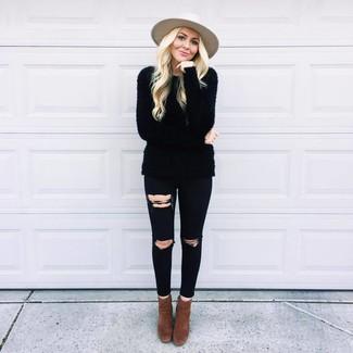 Dunkelbraune Wildleder Stiefeletten kombinieren – 176 Damen Outfits: Ein schwarzer flauschiger Pullover mit einem Rundhalsausschnitt und schwarze enge Jeans mit Destroyed-Effekten sind absolut Alltags-Essentials und können mit einer Vielzahl von Kleidungsstücken kombiniert werden. Dunkelbraune Wildleder Stiefeletten sind eine kluge Wahl, um dieses Outfit zu vervollständigen.