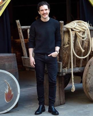 Wie kombinieren: schwarzer Pullover mit einem Rundhalsausschnitt, schwarze Jeans, schwarze Chelsea-Stiefel aus Leder, dunkelblaue horizontal gestreifte Segeltuchuhr