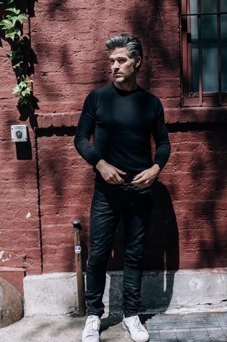 Jeans kombinieren: Vereinigen Sie einen schwarzen Pullover mit einem Rundhalsausschnitt mit Jeans für ein sonntägliches Mittagessen mit Freunden. Weiße niedrige Sneakers sind eine ideale Wahl, um dieses Outfit zu vervollständigen.
