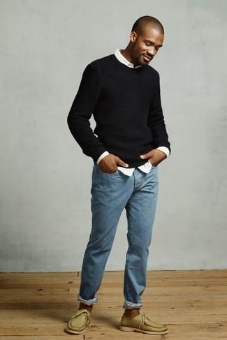 Wie kombinieren: schwarzer Pullover mit einem Rundhalsausschnitt, weißes Langarmhemd, blaue Jeans, olivgrüne Leder Bootsschuhe