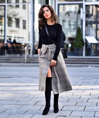 Wie kombinieren: schwarzer Pullover mit einem Rundhalsausschnitt, grauer Midirock mit Schottenmuster, schwarze Overknee Stiefel aus Wildleder, schwarze Leder Umhängetasche