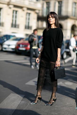 Wie kombinieren: schwarzer Pullover mit einem Rundhalsausschnitt, schwarzer Midirock aus Spitze, silberne Leder Pumps, schwarze Lederhandtasche
