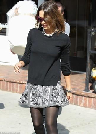 Pullover mit einem rundhalsausschnitt schwarzer minirock grauer perlenkette weisse large 1172