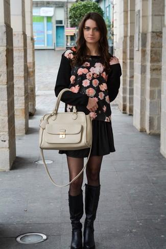 Wie kombinieren: schwarzer Pullover mit einem Rundhalsausschnitt mit Blumenmuster, schwarzer Skaterrock, schwarze kniehohe Stiefel aus Leder, hellbeige Satchel-Tasche aus Leder